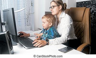 hermoso, trabajando, ella, oficina, mujer de negocios, joven, hijo, bebé