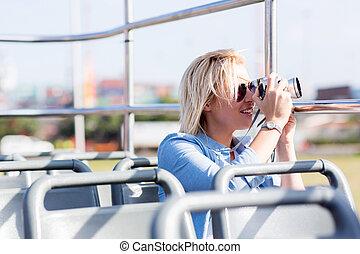 hermoso, turista, tomar las fotos, de, la ciudad