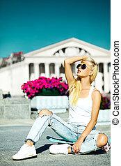 hermoso, verano, mirada, encanto, Moda, atrás, monopatín, azul, cielo, joven, modelo, alto, brillante, calle,  hipster, Adolescente, rubio, elegante, niña,  casual, ropa