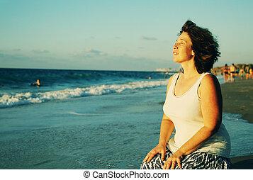 hermoso, verdadero, ambulante, mujer, viejo, 45, años, colores, playa., ocaso