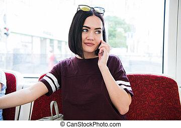 hermoso, viajero, work., hablar, autobús, toma, teléfono celular, mientras, hembra
