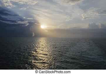 hermoso, vista, de, cubierta, de, vaya barco, en, salida del sol, amanecer