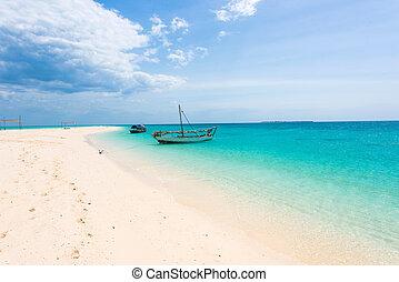 hermoso, vista marina, con, barcos, en, cielo azul, plano de fondo