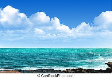 hermoso, vista marina, con, cielo azul, y, nube, plano de fondo