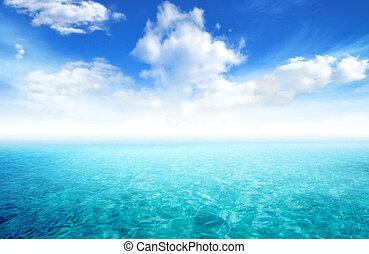 hermoso, vista marina, con, cielo azul, y, nube, plano de...
