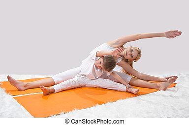 hermoso, yoga, ella, joven, hijo, prácticas, madre