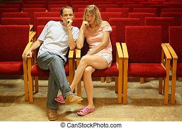 herre och kvinna, sittande, på, a, stol, in, tom, presentation, hall.
