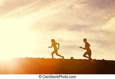 herre och kvinna, spring, tillsammans, in i, solnedgång