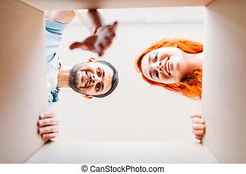 herre och kvinna, synhåll, från, insida, den, kartong kasse