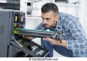 hersteller, repareren, patroon, in, photocopy machine, op, kantoor