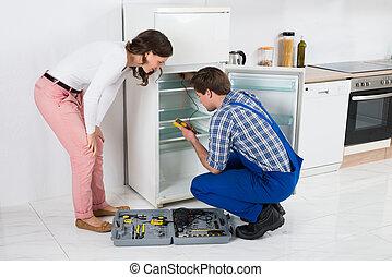 herstelling, het kijken, arbeider, koelkast, huisvrouw