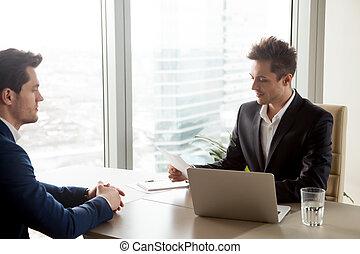 hervatten, recruiter, aanvrager, werk, geconcentreerde, het herzien, gedurende, mannelijke