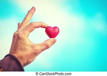 herz- form, liebe, symbol, in, mann, hand, valentinestag, feiertag, romantische , gruß, mit, blauer himmel, hintergrund, leute, beziehung, begriff, retro stil