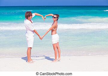 herz, strand., paar, flitterwochen, junger, tropische , form, machen, glücklich