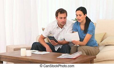 het berekenen, paar, huiselijk, bezorgd, hun, rekeningen