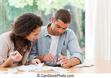 het berekenen, paar, huiselijk, jonge, hun, rekeningen