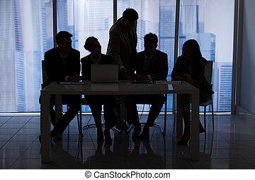 het bespreken, silhouette, kantoor, zakenlui