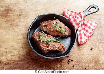 het braden, werpen, pan, ijzer, biefstukken