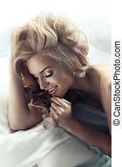 het charmeren, blonde, dame, met, fabelachtig, glimlachen