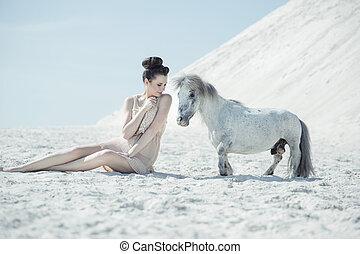 het charmeren, dame, spelend, met, de, pony