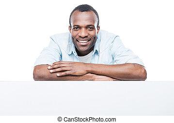 het charmeren, handsome., mooi, afrikaanse man, in, blauw hemd, neiging, op, de ruimte van het exemplaar, en, het glimlachen, terwijl, staand, tegen, witte achtergrond
