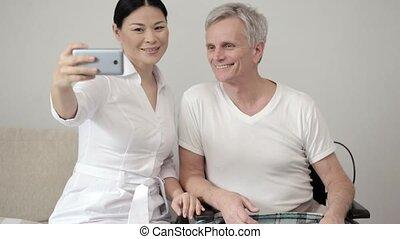 het charmeren, vrouwlijk, verpleegkundige, pa???e?, selfie, met, invalide, patiënt