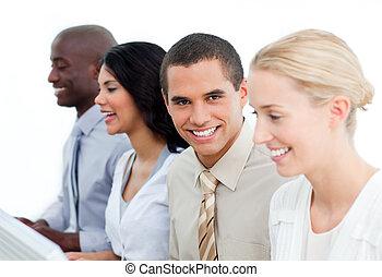 het charmeren, zakenman, en, zijn, team, op het werk