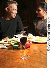 het dineren, paar, middelbare leeftijd