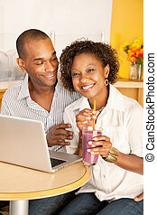 het dineren, paar, uit, draagbare computer, gebruik
