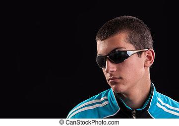 het dragen van zonnebril, jonge, modieus, verticaal, mannelijke