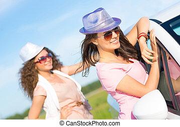het dragen van zonnebril, jonge, twee, aantrekkelijk, vrouwen