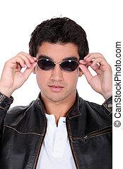 het dragen van zonnebril, lederene colbert, mooi, man