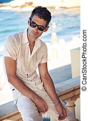 het dragen van zonnebril, vakantie, kerel, dag, mooi
