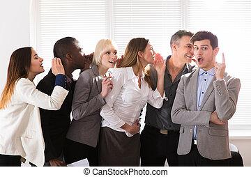 het fluisteren, collega's, zakenkantoor, heimelijk