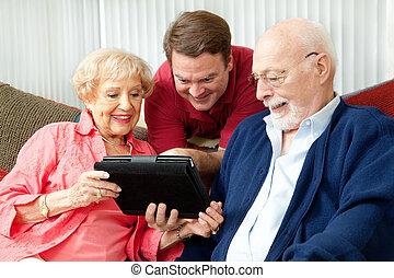 het gebruiken computer, gezin, tablet