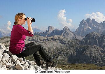 het genieten van, de, berg landschap, terwijl, wandelende