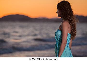 het genieten van, de, ondergaande zon , aan het strand