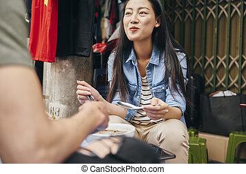 het genieten van, jonge, voedingsmiddelen, vietnamees, vrouw