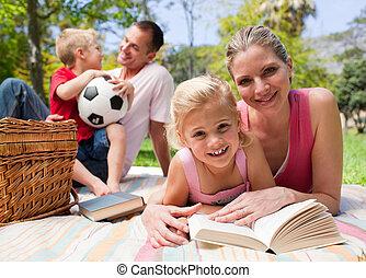het genieten van, picknick, jonge familie, vrolijke
