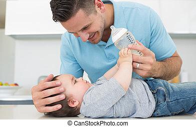 het geven, baby, het voeden, vader, melk