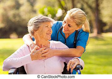 het geven, verpleegkundige, met, senior, patiënt