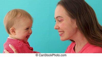 het geven, weinig moeder, baby, spelend, vrolijke