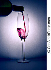 het gieten van rode wijn
