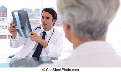 het glimlachen, arts, het houden een röntgen, voor, zijn, patiënt