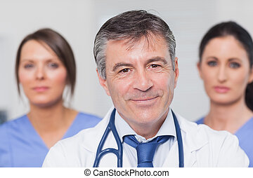 het glimlachen, arts, met, twee, verpleegkundigen