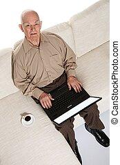 het glimlachen, bejaarden, hogere mens, met, draagbare computer, thuis