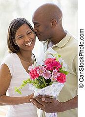 het glimlachen, bloemen, echtgenoot, vasthouden, vrouw