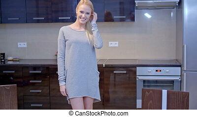 het glimlachen, blonde , vrouw, het poseren, op, de, keuken