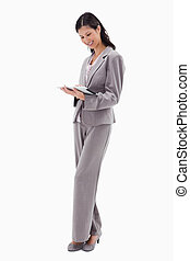 het glimlachen, businesswoman, doorwerken, tablet