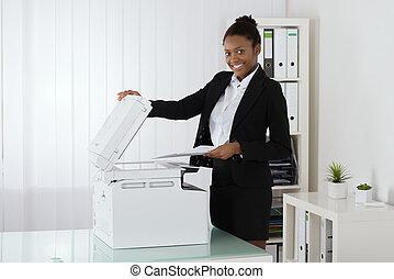het glimlachen, businesswoman, gebruik, photocopy machine